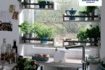 Размещение мойки у окна — популярное решение при проектировании кухни